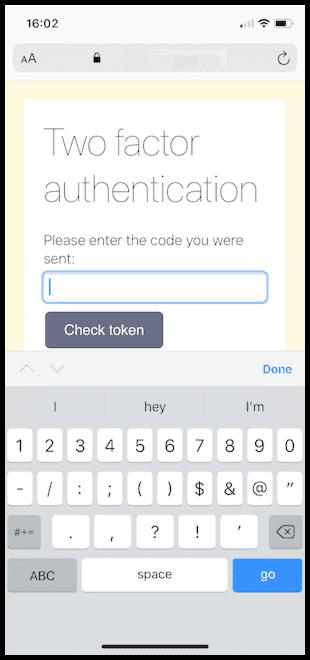 Eine in iOS Safari angezeigte Webseite, auf der eine Aufforderung zur Zwei-Faktor-Authentisierung angezeigt wird. Dieses Mal werden auf der Tastatur Zahlen und Symbole angezeigt.