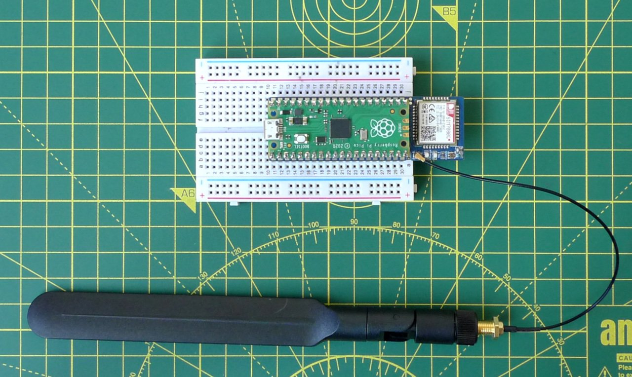 The Waveshare and Pico together with the antenna