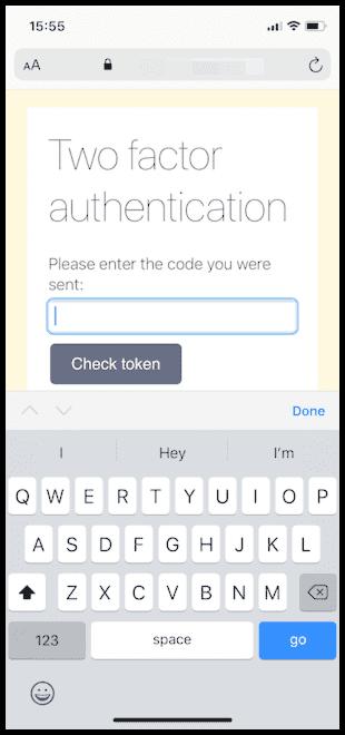 Eine in iOS Safari angezeigte Webseite, auf der eine Aufforderung zur Zwei-Faktor-Authentisierung angezeigt wird. Die standardmäßige alphabetische Tastatur ist geöffnet.