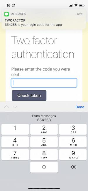 Eine in iOS Safari angezeigte Webseite, auf der eine Aufforderung zur Zwei-Faktor-Authentisierung angezeigt wird. Es gibt auch eine Benachrichtigung mit einem Zwei-Faktor-Authentisierungscode und die Tastatur schlägt das automatische Ausfüllen vor.
