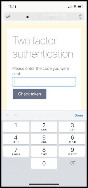 Eine in iOS Safari angezeigte Webseite, auf der eine Aufforderung zur Zwei-Faktor-Authentisierung angezeigt wird. Dieses Mal wird eine Tastatur angezeigt, die ausschließlich Zahlen enthält.