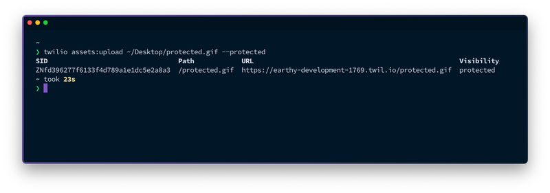 ターミナルの写真。twilio assets:upload ~/Desktop/protected.gif –protected`というコマンドを実行した結果、アセットのSID、パス、URL、可視性が表示され、保護されていることがわかる。
